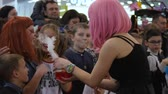 peruca : Kherson, Ukraine 31 October 2017: action with smoke for childrens at mall on celebration halloween, girl in pink wig with boiling glass flask in Kherson, 31 October 2017. Vídeos