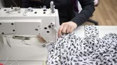 tekstil : hobbies and leisure, sewing machine in operation indoors makes fashionable clothes from expensive tissue close-up