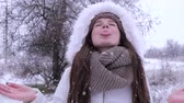 duygusal : snow flakes, woman with open mouth catches snowflakes close-up in park Stok Video
