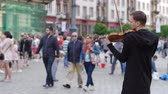 стенды : Wroclaw, Poland 12 May 2018: live music, violinist is playing on fiddle on city area for people in Wroclaw, 12 May 2018. Стоковые видеозаписи