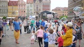 varinha : Wroclaw, Poland 12 May 2018: soap bubbles show, man with large bubble stick entertains children and adults in city square at holiday in Wroclaw, 12 May 2018.