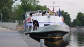 причал : Berlin, Germany 15 May 2018: tourist ship on waterfront near pier, travel around Europe in Berlin, 15 May 2018.