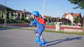 мастерство : sporting defeat, child Rollerblading falls during ride on rolldrome in open air