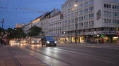 трафик : Vienna, Austria 20 May 2018: evening traffic, many of automobile with burning headlamp go on road past building in town in Vienna, 20 May 2018.