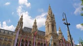 ornamentado : Vienna, Austria 20 May 2018: town hall (Rathaus), beautiful architecture of Europe in Vienna, 20 May 2018. Stock Footage