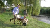 kruiwagen : happy childhood, best daddy fun to ride his child boy in a wheelbarrow at countryside