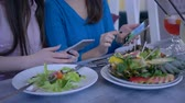 슬리밍 : bloggers girlfriends take photo of beautiful meal on smartphone during healthy lunch during diet for weight loss in restaurant close-up