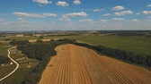 imagens : Two combine harvester on a wheat field at harvest.Aerial view of agricultural land with harvester.Combine harvesting wheat.Aerial view of agricultural land with harvester. Working Harvesting Combine in the Field of Wheat. Agriculture Concept.4K video
