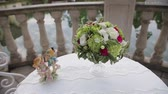 matrimônio : Wedding bouquet of the bride from pink and white flowers of roses. Stock Footage