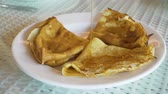 panqueca : Pancakes on plate on which fruit syrup is poured. Pancakes on a plate with jam or topping.