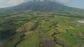 терраса : Mountain valley with farmland, rice terraces near mount Isarog. Aerial view mount with green tropical rainforest, trees, jungle with sky. Philippines, Luzon. Tropical landscape