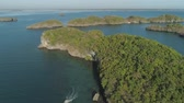 рай : Aerial view of Small islands with beaches and lagoons in Hundred Islands National Park, Pangasinan, Philippines. Famous tourist attraction, Alaminos. Стоковые видеозаписи