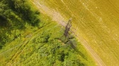 パイロン : Power pylons and high voltage lines in an agricultural landscape. Aerial view row of high-voltage masts in the field. Electricity transmission power lines. Aerial footage.