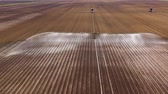 スプリンクラー : aerial view crop irrigation machine using center pivot sprinkler system. An irrigation pivot watering agricultural land. Irrigation system watering farm land.