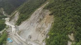 каменная стена : Construction protective barriers against rock falls and landslides in mountainous province. Aerial view heavy machinery on the construction of a mountain road. Cement block road protection from landslides. Philippines, Luzon, North Batad.