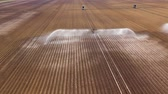 разбрызгиватель : aerial view Center pivot agriculture irrigation machine of crops. An irrigation pivot watering agricultural land. Irrigation system watering farm land.