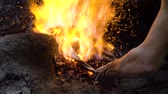 temperatuur : Blacksmith furnace with a hot iron, burning embers, sparks. Machete, a knife in a blacksmiths furnace.
