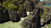 falésias : Aerial drone tropical lagoon with sandy beach surrounded by cliffs. El nido, Philippines, Palawan. beautiful lagoon and karst scenery.