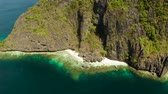 falésias : Aerial drone tropical landscape bay with beach and clear blue water surrounded by cliffs. El nido, Philippines, Palawan. Seascape with tropical rocky islands, ocean blue water. Summer and travel vacation concept