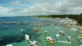 toupie : Boats waiting for tourists on a tropical beach in blue water, aerial view. Summer and travel vacation concept.