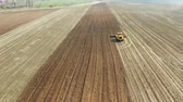 aratro : aerial view disk harrow. Farm tractor blades for plowing land in agriculture industry, disk plow. Agricultural machinery for processing of the soil in the field