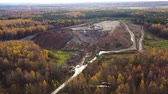 zwerfvuil : Landfill. A huge pile of garbage surrounded by forest. Garbage trucks carry garbage to a landfill, top view.