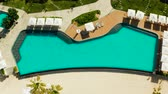 guarda chuva : Luxury Resort Pool, top view. Swimming pool with umbrellas and sun beds on the sandy beach , aerial view. Summer and travel vacation concept