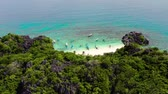 estância turística : Tropical landscape: Matukad Island with beautiful beach and tourists by turquoise water view from above. Caramoan Islands, Philippines. Summer and travel vacation concept. Tropical island with a white sandy beach.