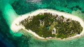 bangalô : Tropical island on a coral reef, top view. Beautiful white sandy beach for tourists.Digyo Island, Philippines. Summer vacation and tropical beach concept. Vídeos