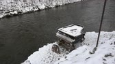 spook : Broken old snowy piano musical instrument near winter river in city Stockvideo