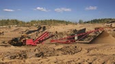 геология : Heavy machinery - excavators and trucks working in the quarry. Quarry sand with a grinding machine and conveyor belt
