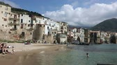 palerme : CEFALU, ITALY - APRIL 14, 2019: Panoramic view of the coastal line of the central part of the Sicilian town of Cefalu on a sunny spring day. Cefalu is one of the major tourist attractions in the Sicily region, Italy Vidéos Libres De Droits