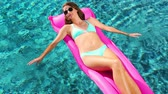 banho de sol : Beautiful Young Woman Relaxing in Luxury Pool
