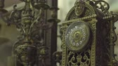 антиквариат : Antique Shop Old Gold Clock with Ornaments Стоковые видеозаписи
