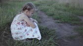 entediado : Portrait of sad little girl outdoors at the day time