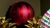 decorativo : Red Christmas ball with pine cones close-up in the corner Vídeos