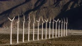 資源 : Wind Power 0107: Hundreds of windmills turn in the California desert.