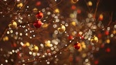 decorativo : Christmas ball swinging in the wind. Blurred Bokeh Holiday Background.