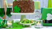 átomo : Happy St Patricks Day party table with chocolate cake, close up dolly pan. Stock Footage