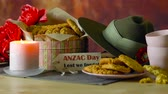 солдаты : Traditional ANZAC biscuits for ANZAC Day and Remembrance Day memorial holidays in vintage style setting with Australian army slouch hat.