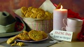servir : Traditional ANZAC biscuits for ANZAC Day and Remembrance Day memorial holidays in vintage style setting with Australian army slouch hat.