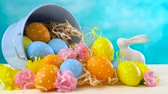 domingo : Happy Easter ornaments, eggs and spring flowers on a blue and white background.