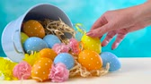 Happy Easter ornaments, eggs and spring flowers on a blue and white background, timelapse. Vídeos