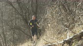 trilhas : slow motion man trail running in cold weather