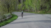 trikot : Woman road biking through mountains Dostupné videozáznamy