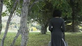 irmãs : slow motion of woman walking towards gravestone