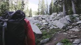 пеший турист : Back of hiker as he makes his way up rocky trail in Utah mountains