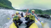 of six people white water rafting. Onboard camera. Vídeos