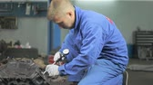 지저분한 : The master measures the diameter of the engine cylinders.