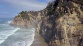 к северу : Aerial shot of beach on Oregon coast with cliffs and ocean waves Стоковые видеозаписи